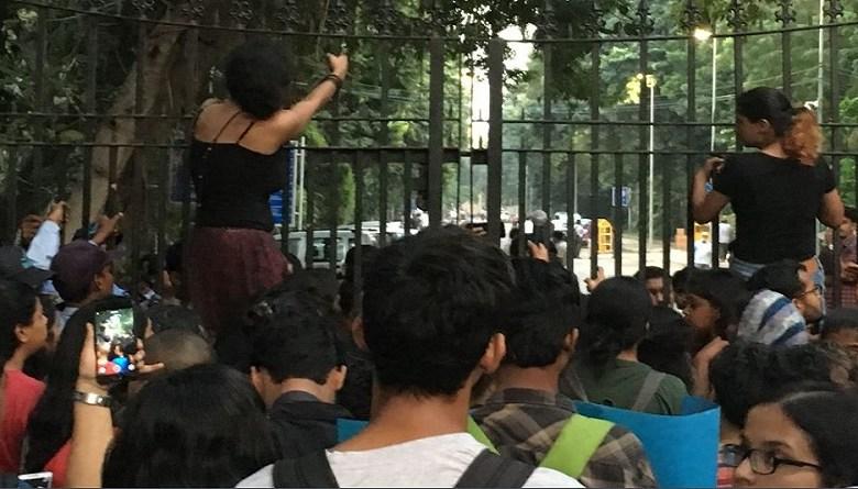Photo of Pinjra Tod- दिल्ली पुलिस पर लड़कियों ने लगाए बैड टच के आरोप, कई छात्राएं घायल