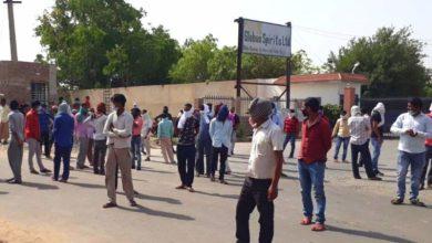 Photo of अलवर में दो महीने की सैलरी न मिलने पर मजदूरों का प्रदर्शन