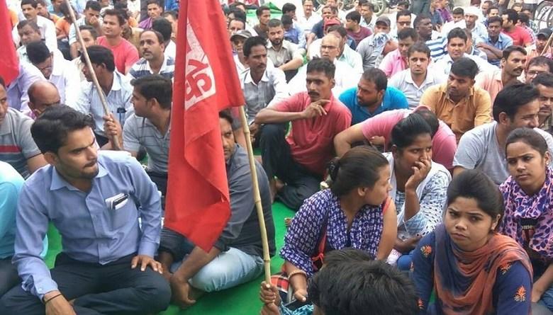 Photo of गुजरात अंबुजा में परमानेंट मज़दूरों को घर बैठा ठेका मज़दूरों से कराया जा रहा काम
