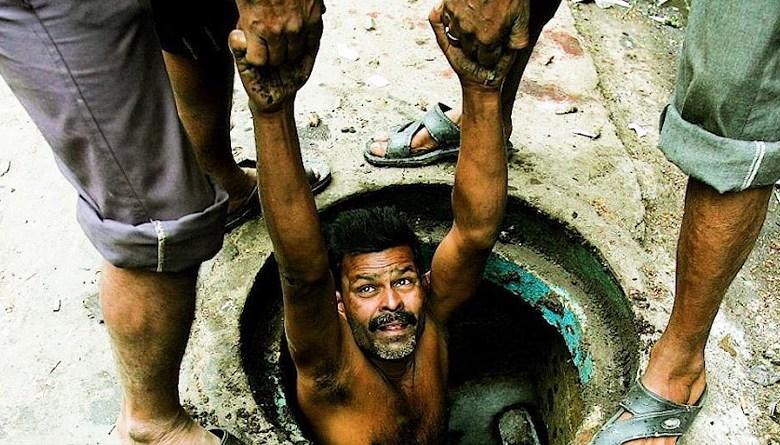 manual scavenging man in gutter safai karmchari