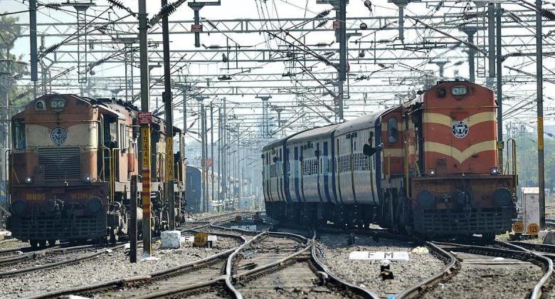 Photo of रेल बिकने की कतार में है, लेकिन यूनियन नेता शायद पहले ही बिक चुके हैं- नज़रिया