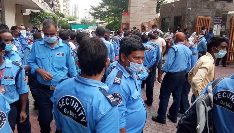Photo of कैसे गौर सिटी के बाशिंदों ने 100 सिक्योरिटी गार्ड्स की नौकरी बचाई? कहानी मज़दूर वर्ग और आम जनता की एकता की