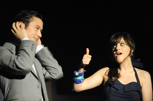 Joseph Gordon-Levitt and Zooey Deschanel miming