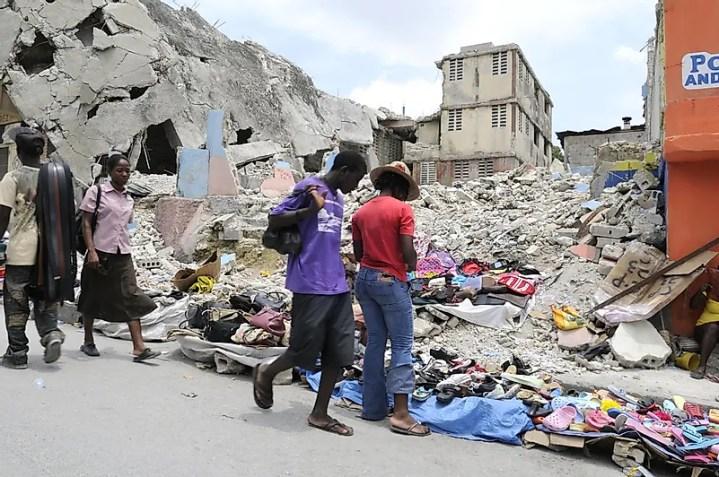 A tragédia do terremoto no Haiti uniu o mundo inteiro em um único objetivo - ajudar um ao outro.  Crédito da imagem: arindambanerjee / Shutterstock.com