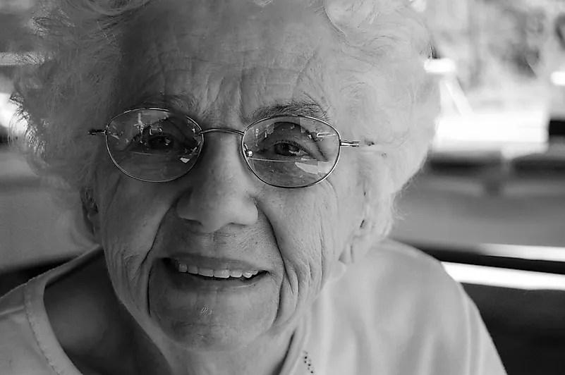 Verifique seus avós para garantir que eles estejam bem, mas não visite pessoalmente se estiver doente.