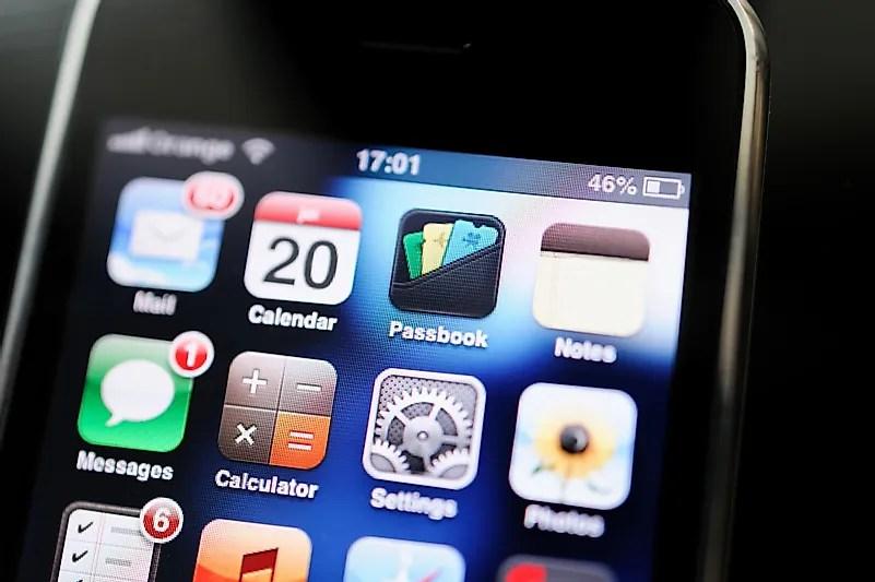 Temos certeza de que alguns de vocês têm amigos que nem imaginam sem um smartphone colado nas mãos deles.  Crédito da imagem: Hadrian / Shutterstock.com