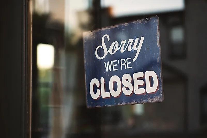 Devido ao perigo da propagação do vírus, o governo ordenou o fechamento obrigatório de muitas lojas.  Foto de Tim Mossholder em Unsplash