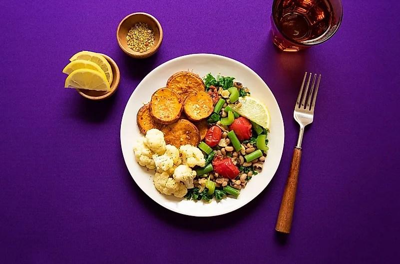 Você pode cozinhar para os idosos e entregar comida para eles.  Foto de Ella Olsson no Unsplash