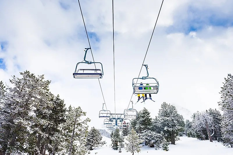 Esquiar é uma atividade popular em Andorra.