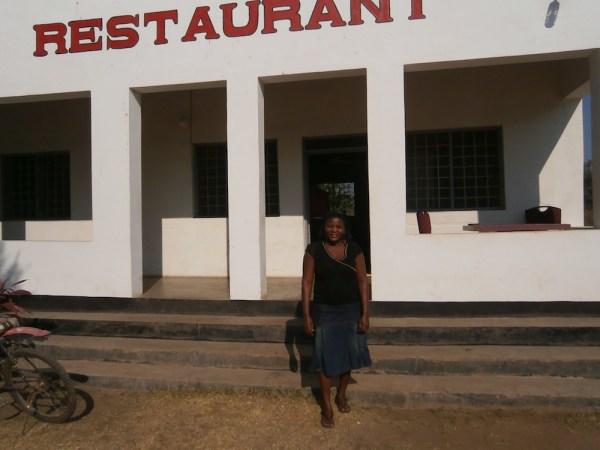 Diese Lady wollte nach dem Sie uns das letzte Malawia Frühstück gemacht hat unbedingt mitfahren. Leider keine freier Sitzplatz :-)