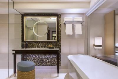 Bathrooms arevery spaciouswith freestandingtubs,rainforestshowers andmarbled vanitybacked by amother-ofpearltiled wall.