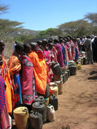 Women que for water. Amina Abdalla, a 45-year-old mother of seven, lives in northern Kenya's Marsabit District, where life is a daily struggle for scarce water and pasture. Abdalla's family lives on about 10 litres (≈≈ 1 quart) of water per day, far below the 20-50 litres per person per day recommended by the UN.