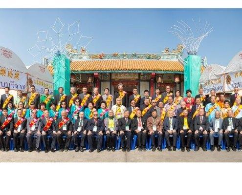 冬祭祀祖大典儀式完成,各廳主陪助祭人員與該會領導人合影留念。