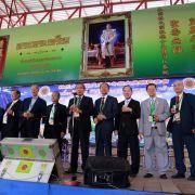 泰國林總理事長林漢光(右六)偕諸位副理事長在午宴聯歡大會上致詞,並向蒞祠拜祖之宗人舉杯祝福