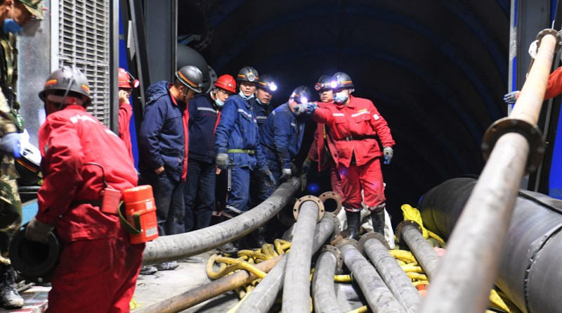 21 mineros chinos atrapados por inundación subterránea
