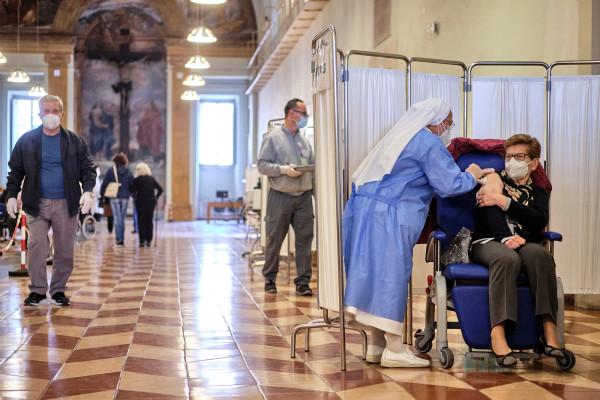 Preocupación en Italia debido a mafia de vacunas e incremento de muerte de ancianos