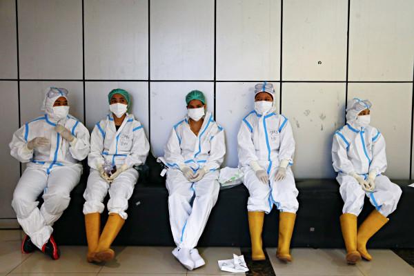 Cientos de trabajadores sanitarios indonesios vacunados contraen COVID-19