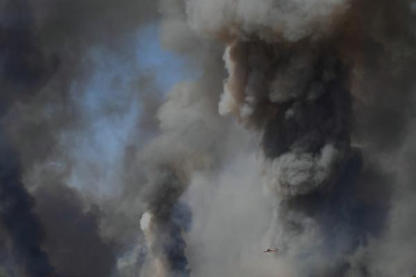 Miles de personas huyen de sus hogares mientras la ola de calor aviva los incendios forestales en Grecia
