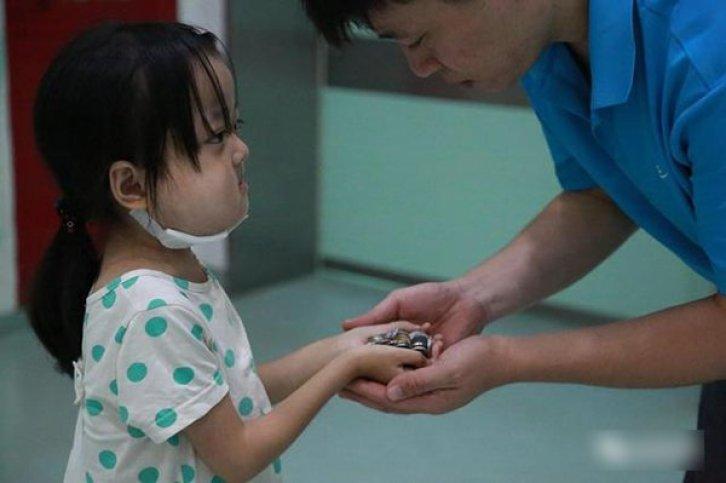 Yue memberikan uang untuk operasi adiknya