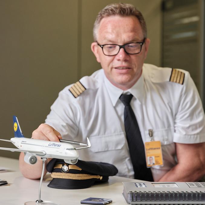 Stefan Wolf examina un modelo de un avión de Lufthansa