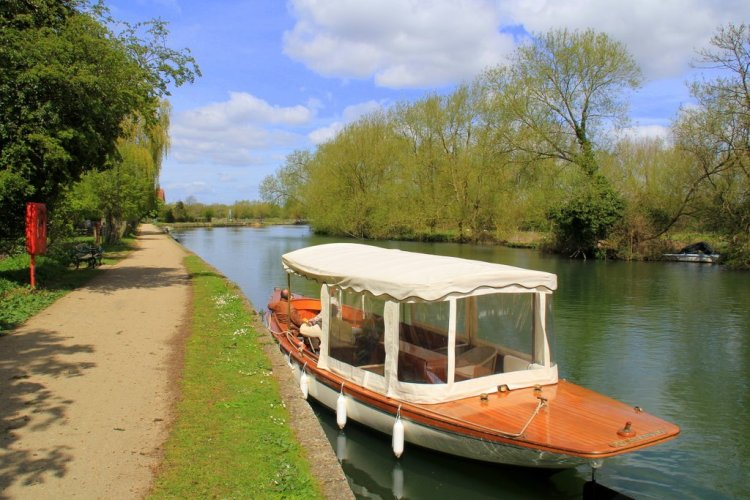Oxford boat tours on the Isis - Alice and Wonderland Mad Hatter tour