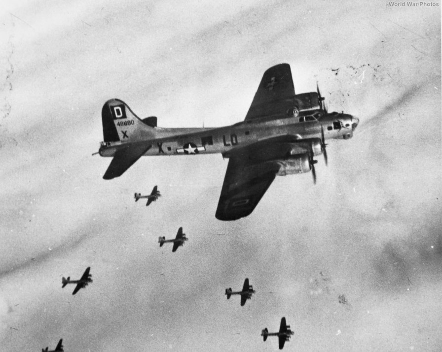 https://i0.wp.com/www.worldwarphotos.info/wp-content/gallery/usa/aircrafts/b-17g/100th_Bomb_Group_B-17_2.jpg?resize=896%2C715&ssl=1