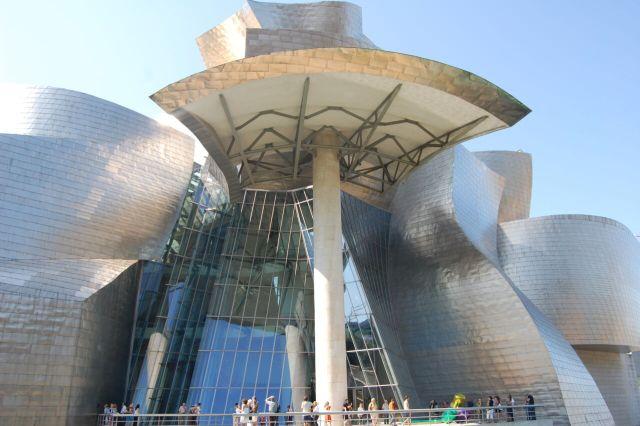 Une fois entré dans le musée, il est possible d'y ressortir temporairement, grâce à une second ouverture, face au fleuve.