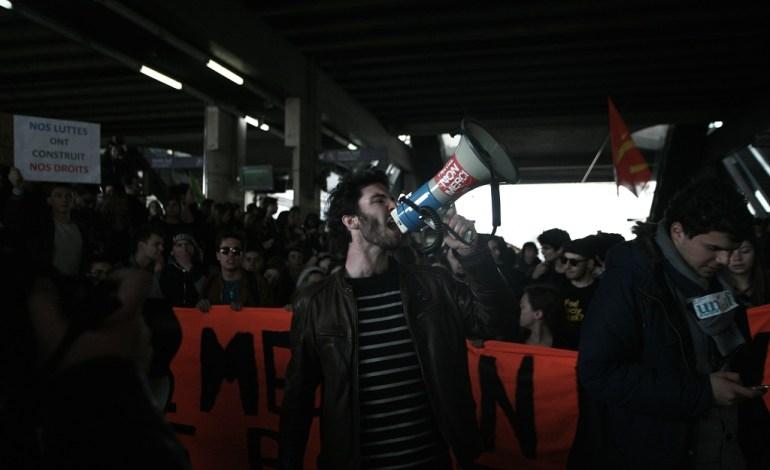 17 Avril 2016: Dans la gare, de nombreux syndicats seront représentés, aussi bien étudiants que salariés.© Jérémie Verchere/Wostok Press