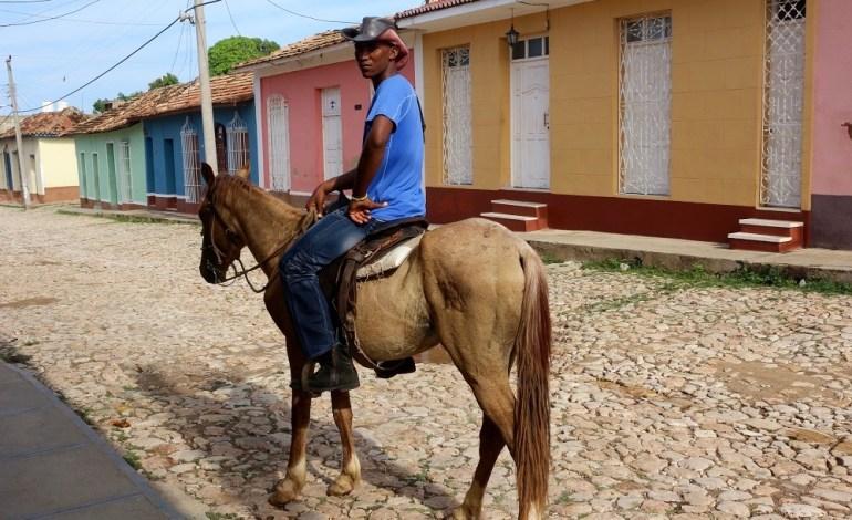Trinidad est un petit joyau colonial niché entre la montagne et la mer au sud-est de la Havane à 5km de la mer des Caraïbes. Ici, le temps semble s'être arrêté à l'époque coloniale. Les cavaliers arpentent les rues où les maisons de toutes les couleurs défilent sous leurs yeux. © Lucie Martin/Worldzine