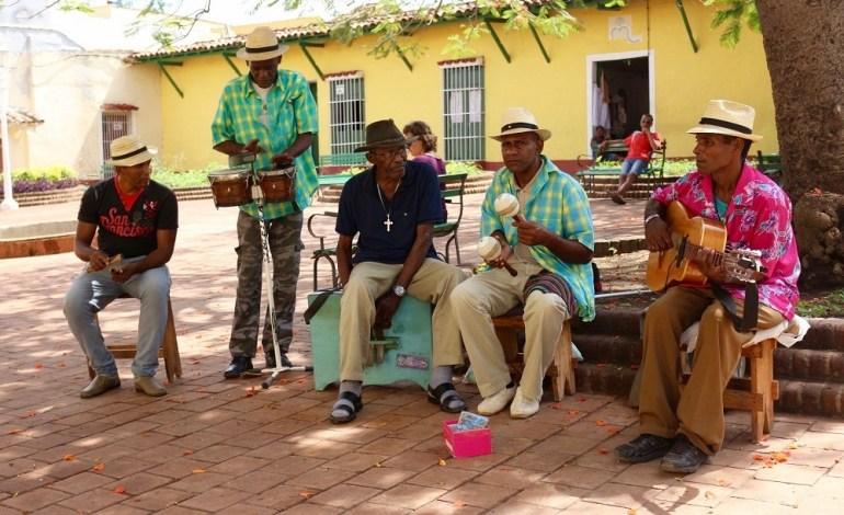 A Cuba, la musique est omniprésente. Les sons latinos entre salsa et reggaeton rythment tous les déplacements. Dans les rues, sur les places, dans les transports en commun, impossible d'y échapper. La musique fait partie de l'essence même de Cuba. Ils ont le rythme dans la peau et ne résistent pas à l'envie de se déhancher dès qu'ils entendent des notes de salsa cubaine. © Lucie Martin/Worldzine