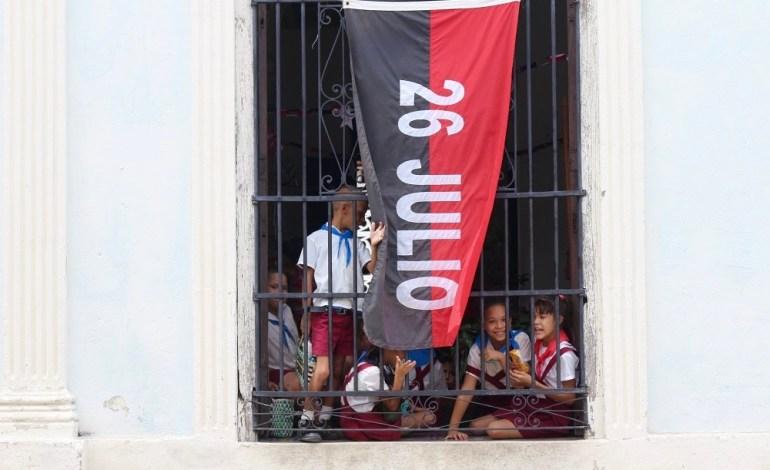 De nombreux drapeaux avec les inscriptions «26 Julio» envahissent les rues de Sancti Spiritus. À la fenêtre d'une école, cette date fait référence à l'été 1953. Fidel Castro avait créé ce mouvement pour regrouper les survivants suite à l'échec sanglant de l'attaque de la caserne de la Moncada à Santiago de Cuba. © Lucie Martin/Worldzine