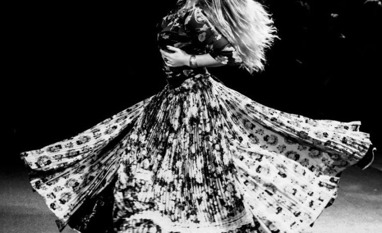 Rose, une des filles Romanès danse sur la piste ©Malika Barbot/Worldzine