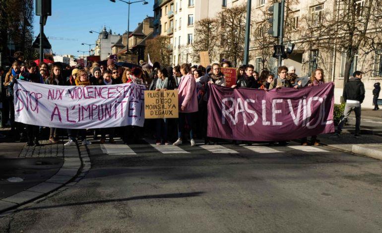 """""""Nous marchons contre le patriarcat"""" entonnent les militantes. © Malika Barbot / Worldzine"""