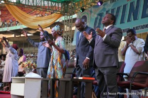 "Photo of Pastor Adeboye Leads VP Osinbajo, Nigerians In Prayers Against ""Fuel Scarcity"""
