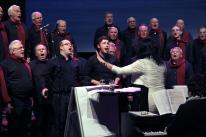 Zwei Chorpacabana-Sänger und der MGV Union Oberrahmede singen gemeinsam (Foto: Björn Othlinghaus)