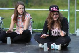 """Jugendliche führten einen """"Cup Song"""" vor. (Foto: Björn Othlinghaus)"""
