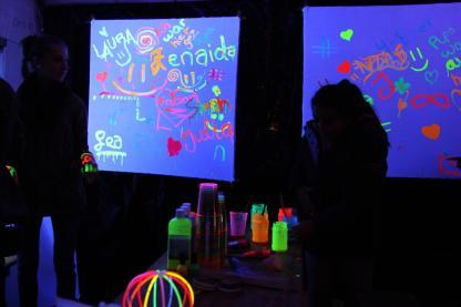 Die leuchtenden Bilder, die vor Ort gemalt wurden, sollen im Jugendtreff Brügge einen Ehrenplatz erhalten. (Foto: Björn Othlinghaus)