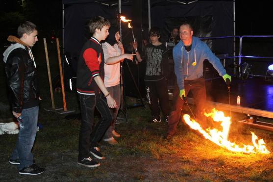 Lichtjongleur Sven Stutzenberg passte auf, dass bei der Feuershow nichts passierte. (Foto: Björn Othlinghaus)
