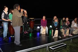 Musiker Tlako Mokgadi brachte den Jugendlichen den richtigen Rhythmus bei. (Foto: Björn Othlinghaus)