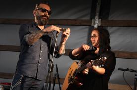 Singer-Songwriter Dimmi und Serena Schiavone. (Foto: Björn Othlinghaus)