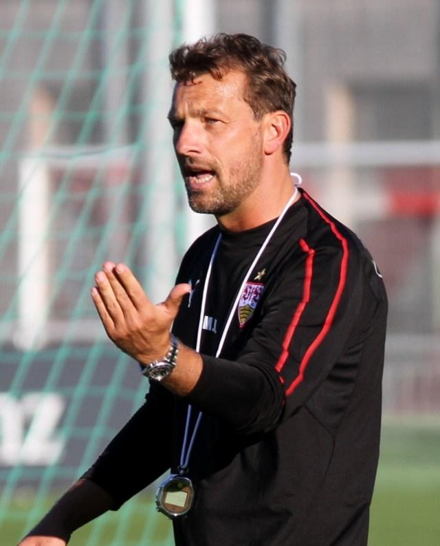 Markus Weinzierl bei seiner ersten Trainingseinheit in Stuttgart. (Foto: Jeollo von VfB-exklusiv.de - Own work, CC BY 3.0, https://commons.wikimedia.org/w/index.php?curid=73518164)