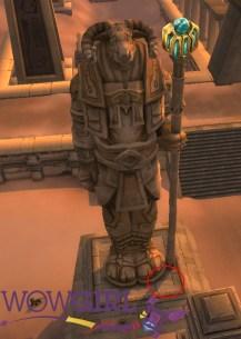 Guardião que tem a página - note que ele é o único com jóias nos olhos e na arma.