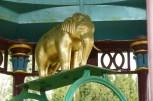 Wie vorher erwähnt, auch goldenen Elefanten begegnet man am Wegesrand. Dieser Brunnen (120 Meter tief) wurde in den 1860ern von einem Maharadscha dem Dorf gespendet, da es damals Probleme mit der Wasserversorgung hatte.