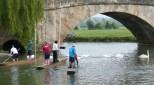 Einen Tag lang begleitet uns eine Gruppe Punter. Punts sind flache Boote, die durch das Abstoßen mit langen Metalstanden navigiert werden. Sehr beliebt in Oxford und Cambridge.