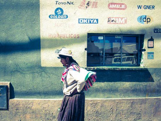 Una cholita boliviana cammina per le strade di Sucre