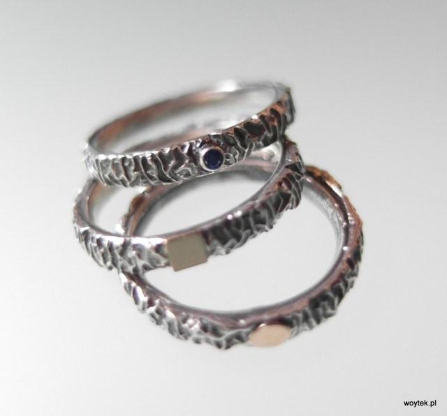 Srebrny pierścionek Ona To Ma cienka z elementami złota lub cyrkonią