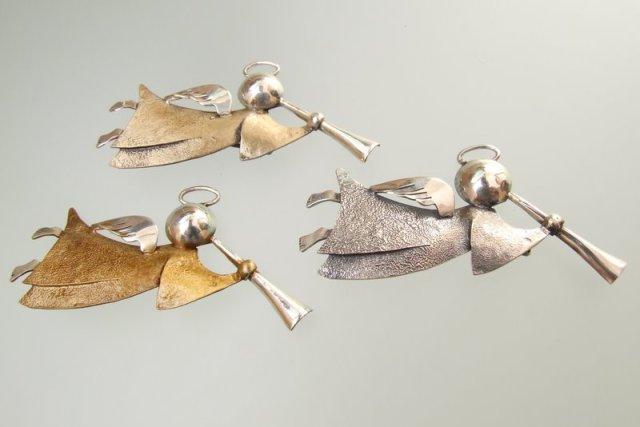 Srebrna broszka Anioł z trąbką