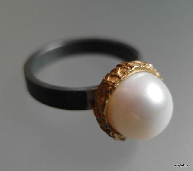 Srebrny pierścionek Ona To Ma z pozłoceniem i perłą