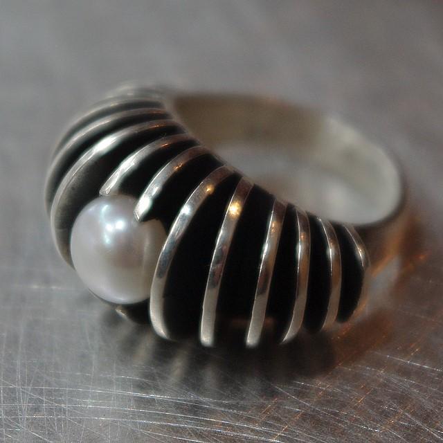 Srebrny pierścionek Irokez z perłą