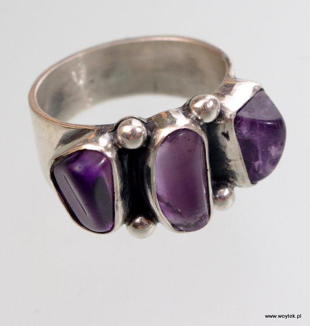 Srebrny pierścionek z 3 kamieniami